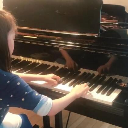 莫什科夫斯基练习曲Op91 No1,英皇6、7级难度。绝对是她的短板,但作为她人生中第一首正经练习曲来说,也算差强人意了。老师说一时也不会有更大的进展,放下吧,换一首练别的技巧。才上了五堂课就又学校假期了,下周去地中海的蔚蓝海岸,美景美食滴干活。这样学琴算不算三天打鱼两天晒网?#音乐##钢琴#