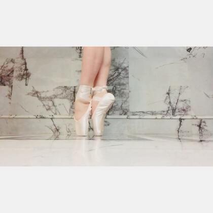 几年没跳舞了,我最爱的芭蕾,今天来立了一下足尖,虽然已为人母,我还是以前那个我💕#芭蕾##芭蕾足尖##舞蹈#