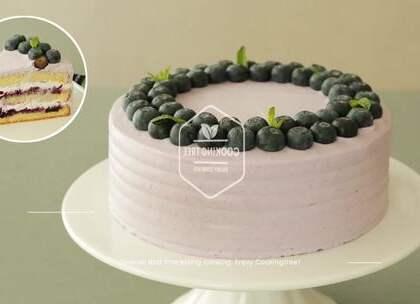 做蛋糕最喜欢什么?最喜欢一切完成之后刀子切下的那一刻😊今天这个 蓝莓夹心蛋糕想必会更令你有这种幸福感!蓝莓果酱和蓝莓奶油做成的蛋糕,脑补一下它们是如何在舌尖绽放和碰撞😍#美食##我要上热门##甜品#