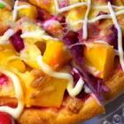 #美食##吃秀#水果披萨,抱着试试看的心态做出超乎想象的好吃!水果不要用水分多的,不然会出很多水份饼皮就不脆了。水果还可以用厨房纸包住吸点多余水份,还有…就是烤的时间根据自家烤箱去设定,烤时不离人,注意观察颜色的变化。🤓爱我还是爱披萨?我不会还不如一个披萨吧。😜#万圣节搞怪食谱#
