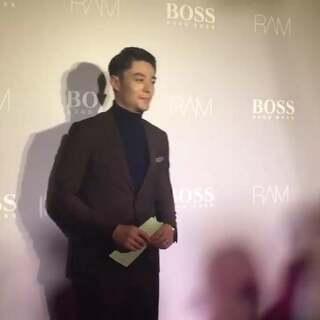 霍建华棕色套装亮相Hugo Boss 酒会,打招呼都超级绅士呢!#霍建华##Hugo Boss##带你上热门#