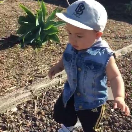 天氣好好帶我家寶貝出來撿石頭😂😂😂 #男寶14個月大#