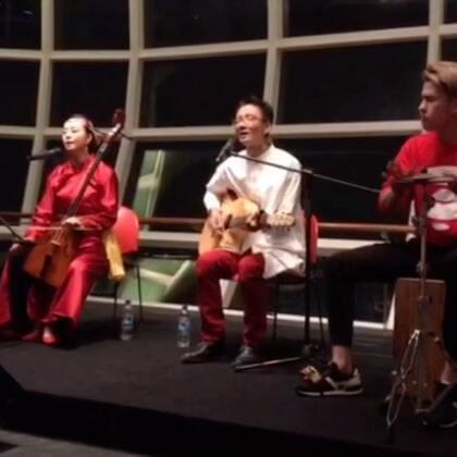 我超喜欢这首《鸿雁》!在吉马乐团的音乐会表演Live! 喜欢就分享喔!😍@音乐频道官方账号 @美拍小助手 @YouTube翻唱精选 #木箱鼓##音乐##手鼓# (微博:iamarthurchoo)