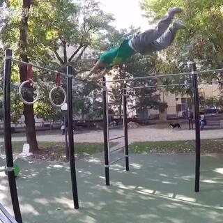 【中国跑酷人在匈牙利】训练日常,本期主要是荡杆。录视频哥们儿的声音亮了😂#跑酷空翻##我要上热门@美拍小助手##西安跑酷free-fly#