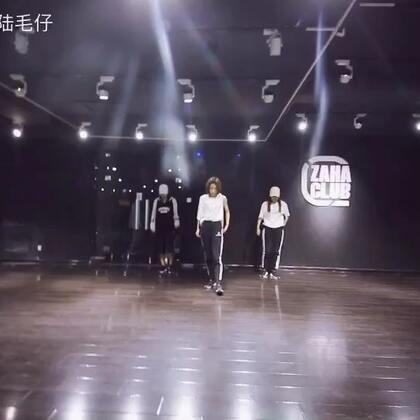编舞:Asaki 🎵:crush 我很喜欢的一个慢舞,身体的感觉真的很难找,我真希望自己能胖点,肉肉点,这样看起来圆润饱满.让我长胖点吧😂😂😂😂😂#西安街舞#
