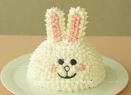 今年的网红小动物想必是非LINE的兔子和布朗熊莫属了,呆萌又可爱[太开心]~要是把它们做成奶油蛋糕,你还舍得吃吗?[坏笑]#美食##甜品##兔子蛋糕#