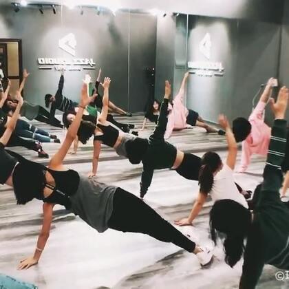 当你羡慕别人腹肌、马甲线的时候,有没有想过伦家是怎么训练的😯JAZZ 搞起来👍🏻👍🏻舞室合作、尾牙年会商业演出、舞蹈编排👉🏻珠海D+爵士舞工作室,官方微信/电话:13425041660#马甲线##珠海爵士舞培训##舞蹈体能训练#