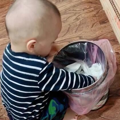 #宝宝#真是持家的好宝宝😂丢垃圾桶的鼠标要捡回来,吃完的鱼肝油皮也研究半天,觉得好像不是垃圾的,六宝都得挑出来。