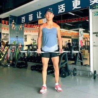 #运动##健身##美拍运动季#今天要跟朋友们介绍EZ杠的3种基本用法。EZ杠尤其适合用来锻练胳膊和肩膀。男女都适合做。男生用较重的铁饼能增肌。女生用较轻的铁饼能够减赘肉和塑形。下次到健身房如果看到这支奇形异状的EZ杠,不妨试试。加油😃