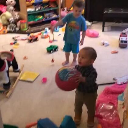 上周六去维系熊弟弟家过生日的视频,frank就喜欢这个粉色球!一直抱着!爱的不要不要的!一岁多!