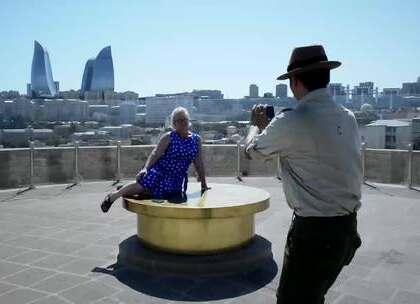 【阿塞拜疆少女塔】巴库少女塔,古堡监狱形的外观,究竟有什么未解之谜?登塔顶,俯瞰全城风貌;一位当地妇女让我帮忙拍照,摆出各种性感姿势,似乎要成为处女塔的代言人。#我要上热门##旅游##探险#