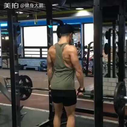 杠铃俯身划船,主要锻炼肌群:阔背肌、大圆肌、后三角肌及手肘屈肌。我的卫❤:jianshendapeng 健身方面不懂得可以咨询我,给你完美答复#健身##运动#