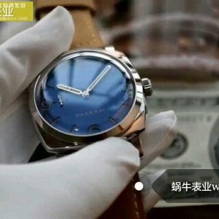 以海为名,最美蓝沛 SF精品V2版沛纳海PAM00690,最高版本 升级锅盖蓝宝石边缘弧度,通透无比,极耗成本 深邃的深蓝色表面配合三明治刻度漂亮的不可一世 47mm大表径霸气硬朗,全身316L精钢抛光工艺 采用沛P3000手动机械机芯,正品一样的三日动力,大背透亦将硕大的机芯一览无遗,颜值硬沛,彪悍做工
