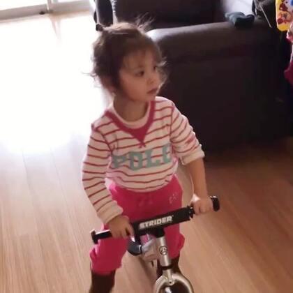给#小团子#买的小车一直都不敢骑,今天突然心血来潮想骑了,驾驭的还不错😲#宝宝##混血宝宝#