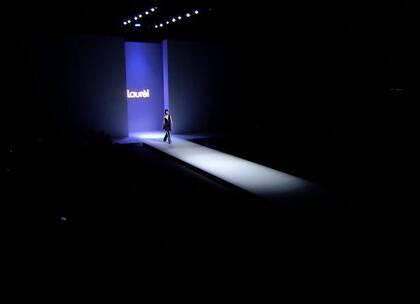 """作为一枚时尚吃货,你试过德系欧普风彩色方块都市""""派""""嘛?偶然一个特别的艺术展和一场极富创意的大秀成功的引起了我的兴趣!在2017年11月2日,德国品牌""""Laurèl""""首次受邀出席中国国际时装周,在北京金色大厅发布2018春夏系列。今天就带大家感知焕然新生的美妙体验,一起""""探索""""艺术~"""