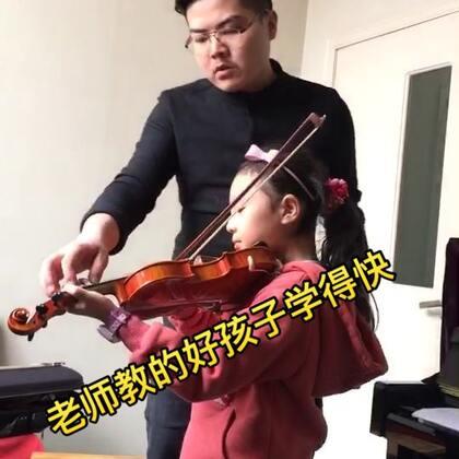 【学会小提琴刻苦要认真】#随手美拍##踉王成老师学小提琴##雅娜##美拍小助手##美拍小魔术#…小鸽子在【雅娜音教】学小提琴。王老师教的很好…孩子学的也很刻苦认真…呈现出一幅幅美丽快乐的画卷!请你观看【学会小提琴刻苦要认真】…