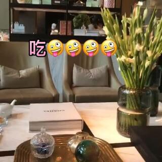#吃秀##穿秀##日常#今天吃到了超级好吃的串烧!!!!好开心😝😝然后两个人大冷天的压马路一路走到三里屯使馆区拍照片哈哈哈。不过也挺喜欢这样的小浪漫😝