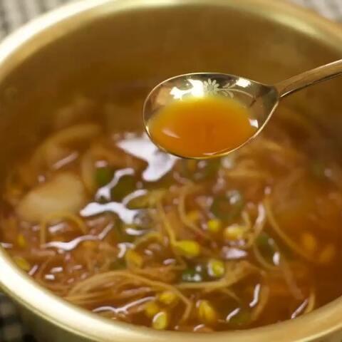 【朝族媳妇辣白菜美拍】韩式料理以少油健康闻名,但是还...