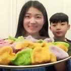 彩色大饺子~小白是一听吃饺子就特别开心,这种彩色的宝宝肯定好喜欢,因为好看呀😍最近天天都要晒会太阳,补补钙😂好舒胡~讲真的!今晚不减肥了,饺子吃饱了😋#美食##小白亲子厨房#
