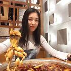光棍节🤔吃货小仙女在青年路VS20只青蛙王子 #美食##吃秀##大胃王挑战#