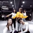 #舞蹈##1milliondancestudio##1m合作# Sistar成员孝琳个人单曲宣传现身1M教室!Hyojin Choi全新编舞诠释不一样的<Blue Moon>🌒(小声:大家点击的手都还在吗……) 更多精彩视频请关注微信公众号:1MILLIONofficial