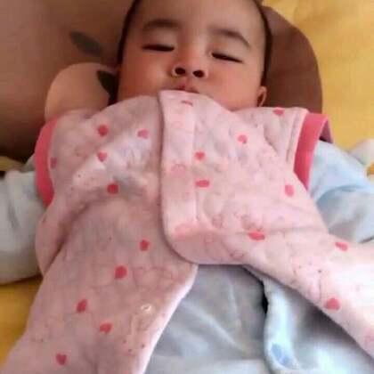 #宝宝##木木孵化记#学着妈妈的样子枕枕头😊