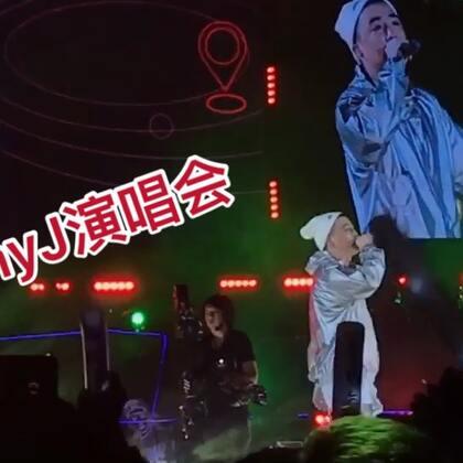 台上JonyJ,台下Jin小菌。 很幸运可以见证JonyJ成为内地第一个在体育馆开演唱会的Rapper,特别喜欢这次设置的嘻哈无座站立区,我几乎整场都在晃。中国的Hiphop正在越来越强大。今天刚好是Hiphop的44岁生日,Shout out to Hiphop,Shout out to JonyJ #U乐国际娱乐#