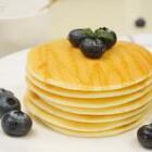 #美食#松饼,松软香甜,上次直播时一位小仙女想学的菜谱,今天终于做好分享给你们了。想学什么可以私信梅子,谢谢一直以来点赞、转发和关注的你们,爱你们,么么哒😘#不用烤箱的甜品##蓝莓松饼#