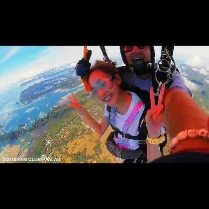 #跳伞##旅行##帕劳#见过仙女跳伞吗。。 吹成🐶也是美美的 🚁🚁今天一群人去跳伞没一个怕的 说没有任何感觉 只觉得天上看群岛超级美 🌊蹦极跳两次 伞还要跳两次!