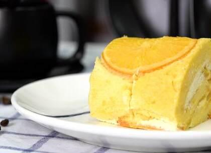 又到橙子旺季,橙子除了榨汁还能怎么吃?要不做个香橙蛋糕卷吧,浓浓橙香,清新又不腻!奶油和橙子果肉混合在一起,松软的蛋糕包裹在外,太赞了!😍#美食##我要上热门##甜品# 评论+转发+点赞,抽两位送烘焙小礼品~