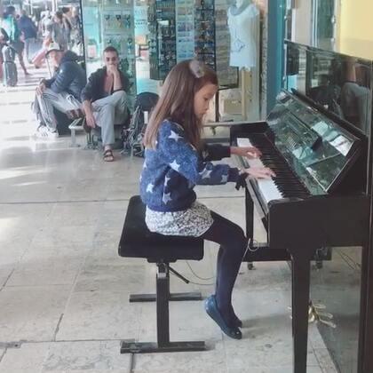普罗旺斯车站钢琴小天后又来了。还是几周前南下度假时的视频,在马赛火车站和尼斯火车站。即便左手有几个键坏了,我们还是投入、享受,能屈能伸,弹得了好琴也不嫌弃烂琴。曲子还是莫扎特、巴赫和舒伯特。#音乐##钢琴#