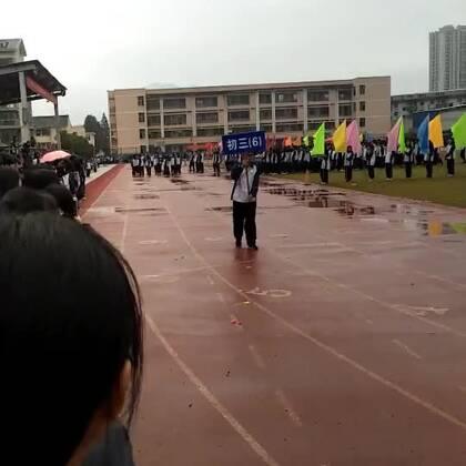同学们在台前表演,举班牌不在一个频道上,走了。