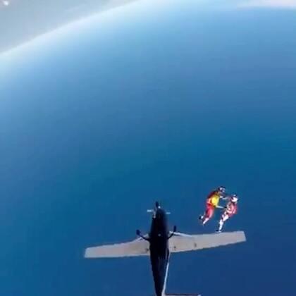 吃鸡太难了,跑毒开挂伏地魔,把猫叔都给吓回飞机了,但是猫叔想了想,还是又跳出来了,毕竟跳伞freefly 是那么的爽