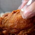 炸鸡翅,我直接买奥尔良腌料腌制了之后裹上一层炸粉去炸,也可以用面粉,这是最简单的方法,懒人们快做起来拉,最后别忘了用你们的小爪给我点点赞,么么哒😘😘 #美食##鸡蛋的n种吃法##家常菜#
