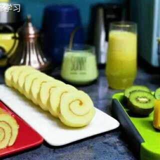 今天的早餐~温热的牛油果香蕉奶昔和果汁,搭配猕猴桃和昨晚做的柠檬蛋糕卷,简单快速的早餐轻松解决#周末##美食#