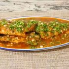 〈豆瓣鱼〉传统的做法,炸好的鱼还会放在汤汁里面烧5~8分左右,我这里是直接把勾了芡的汁烧在鱼身上,口感更脆一些#美食##海椒记#