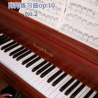 天爱六岁零两个月演奏肖邦《练习曲》op.10 no.2。这首练习曲又名《蚂蚁上树》,3、4、5指弹半音阶,1、2指弹和弦,在演奏上有非常大的难度!天爱现在年龄太小,只是让她弹着玩玩儿,还有非常多的问题,等过两年再重新练!#U乐国际娱乐##钢琴##热门#@美拍小助手