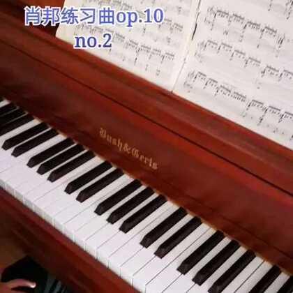 天爱六岁零两个月演奏肖邦《练习曲》op.10 no.2。这首练习曲又名《蚂蚁上树》,3、4、5指弹半音阶,1、2指弹和弦,在演奏上有非常大的难度!天爱现在年龄太小,只是让她弹着玩玩儿,还有非常多的问题,等过两年再重新练!#音乐##钢琴##热门#@美拍小助手