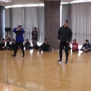 #KingSoul# 周末课堂记录 我超级喜欢的两段舞 在舞邦学习的片段 一段是brittnie的编舞 二段是我师父龙菲的编舞 都是跳的爽到不行那种 哈哈哈 #舞蹈#