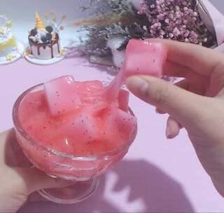 ✨椰果泥✨跟风来一波最近超级火的椰果泥😂草莓味哒!椰果是用魔术擦切得,好像切太大了点😂#椰果泥##手工##暖绒绒手工diy# bgm:小酒窝