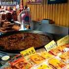 重庆瓷器口 (一)里面到处是大锅现熬制火锅料卖的商家😁太有重庆特色了,到处火锅味飘香😜走渴了,到一个小屋里点了点喝的,环境不错很有感觉😍拍照好看#烤你妹旅行##重庆磁器口##重庆火锅#
