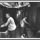 实拍上海蜗居一代,女人赤膊在弄堂里洗澡,如今很多住别墅#二更视频##蜗居##我要上热门#