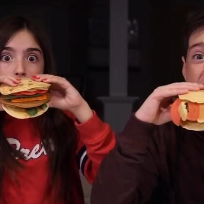 #热门#猴子们新发明出了一种不长胖的汉堡,里面满满都是肉,你们看饿了吗?🍔🍔#搞笑#