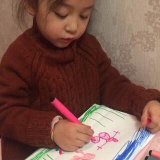 """#宝宝#女儿在画画,我问她画的是什么,她说""""蓝蓝的天,绿绿的草,还有一个小人送给妈妈""""。谢谢你宝贝"""