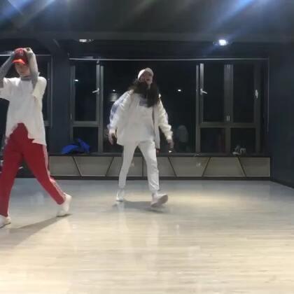 #舞蹈#女神Bada的编舞 后面没记住动作跳错了 气到跺脚🙈