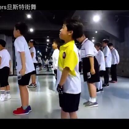 普昕老师从日本EN学习归来后马上跟门徒班的同学们分享不一样的跳舞方法,呈现了这支HIPHOP,喜欢点赞哦~#少儿街舞##昆明街舞#