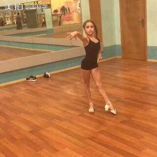 学拉丁舞会再多花哨的动作,都不如仔仔细细走好每一步❤看俄罗斯小萝莉前进后退走步练习⬆️#舞蹈##拉丁舞##热门#