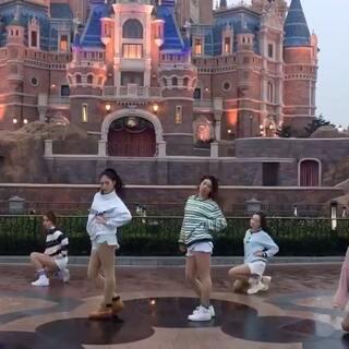 #舞蹈##张艺兴sheep舞##敏雅U乐国际娱乐#@敏雅可乐 一起在迪斯尼尬舞 开心 爱你们❤❤❤