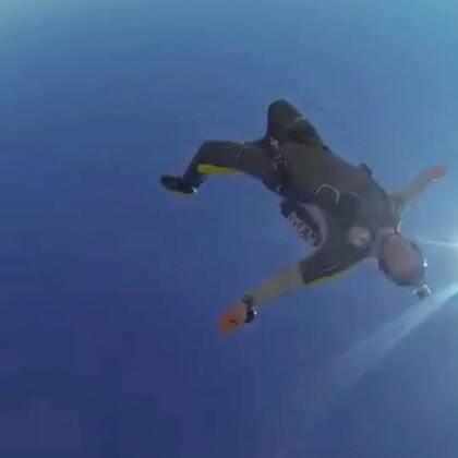跳伞小课堂:腹飞(肚皮朝下)belly是最基本的入门姿势,把身体弯成弓形(就是香蕉的形状)有助于高速气流中保持稳定