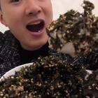 吃着海苔拌饭让我有了一种大口吃饭香的幸福感觉,好吃又有营养#吃秀##热门#今天下单再多送一袋,99元=6袋,一袋半斤!吃不完封口放阴凉处几个月都不带坏的😍😍😍http://item.taobao.com/item.htm?id=561027880988 就一天时间哈⚠️⚠️